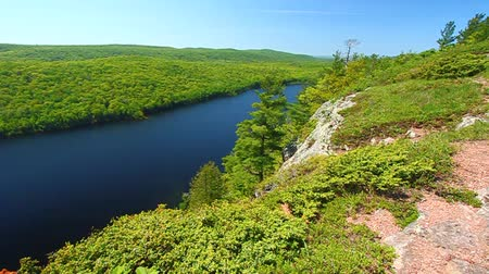 albero pino : Lake of the Clouds in una giornata bella Porcupine Mountains State Park nel nord del Michigan Filmati Stock