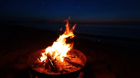 mi : Campfire at sunset along the beautiful beach of Lake Superior in northern Michigan Stock Footage