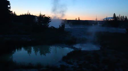 geiser : Stoom stijgt uit warme bronnen in het West Thumb Geyser Basin van Yellowstone National Park - Verenigde Staten Stockvideo
