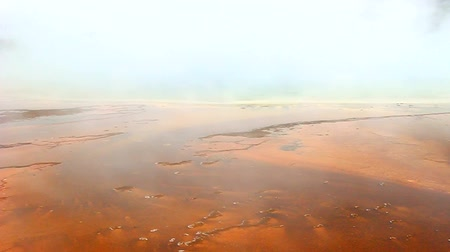 geiser : Billows van stoom verdoezelen delen van Grand Prismatic Spring in Wyoming
