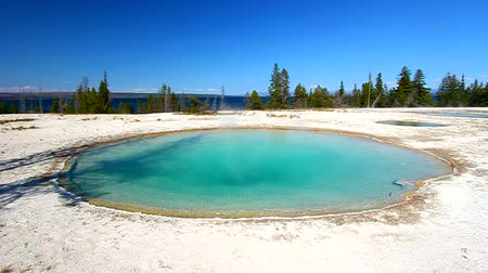západ : Blue Funnel Spring near Yellowstone Lake in Wyoming