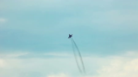 авиашоу : jet fighter fly in sky during air show