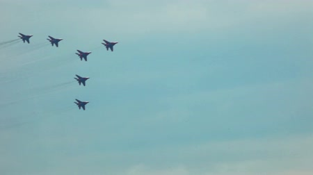 авиашоу : jets show team fly in formation during airshow