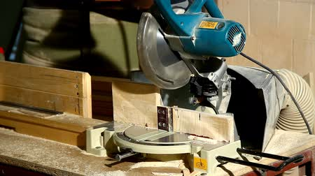 perigoso : circular saw cut a part of wood detail