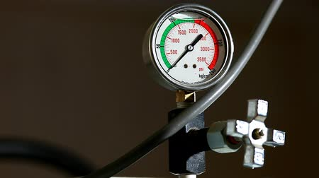 szerelő : industrial pressure barometer loop at work
