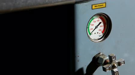 гидравлический : industrial pressure barometer at work close-up