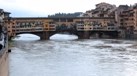 İtalyan : Bridge and buildings over channel in winter Florence