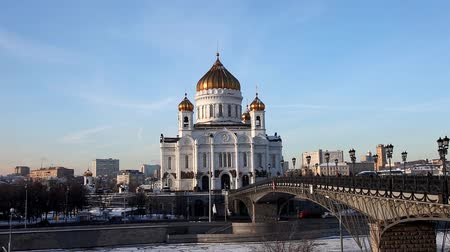 moskwa : Temple of Christ the Saviour with traffic at winter sunset Wideo
