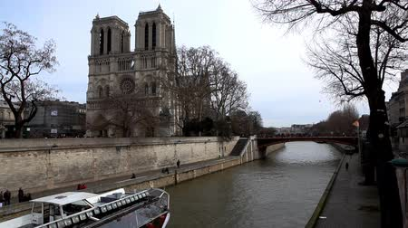 francja : Notre Dame de Paris and pleasure boat on channel Wideo