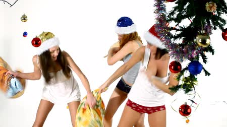 almofada : Girls fight with pillow - new year scene