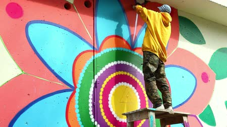 grafitis : Arte creativo - graffiti pintura joven en pared