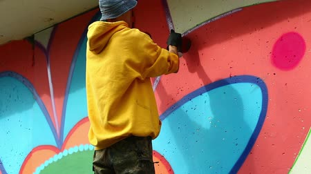 artistas : View of young graffiti artist working at park