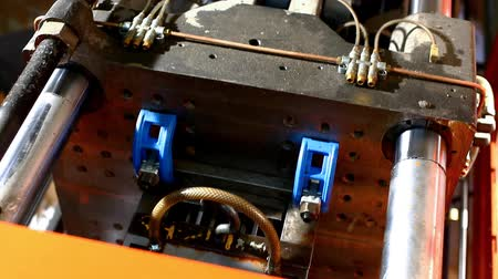 lití : plastic press molding machine top view at work loop