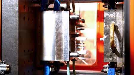 moldagem : hot squeeze molding machine at work with plastic crashed during work Stock Footage