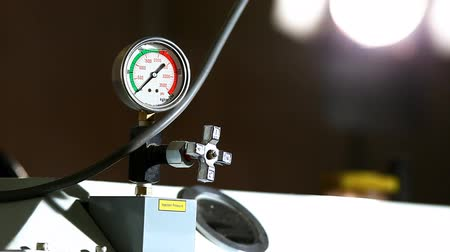 barometr : industrial pressure barometer at work close-up Wideo