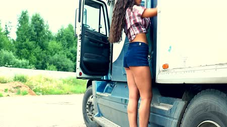 řídit : Young girl check lorry truck and walk out Dostupné videozáznamy