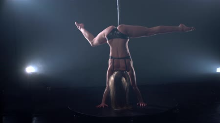 kutup : Girl doing handstand and moving her body sexually