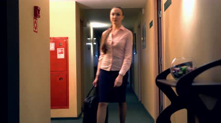bizneswoman : View of woman with suitcase leaves the room Wideo
