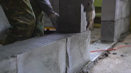 посылка : Worker building a wall of aerated concrete blocks Стоковые видеозаписи
