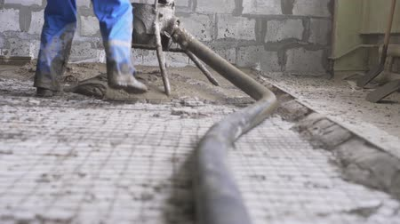 посылка : Worker making cement screed on the floor view Стоковые видеозаписи