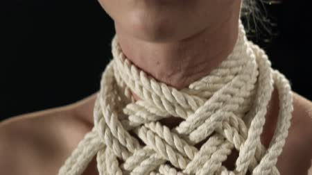 üstsüz : Shibari rope pattern around woman neck video Stok Video
