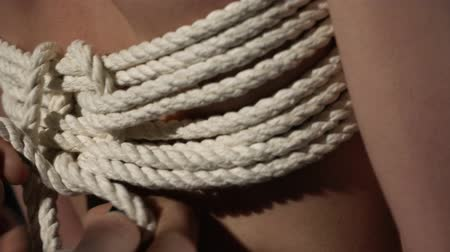üstsüz : Shibari master tying rope on a girl back video