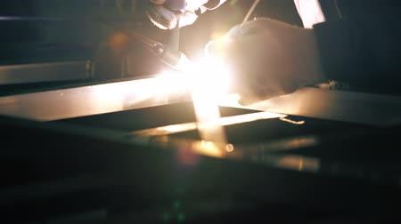 automático : Worker welding aluminium construction close up video