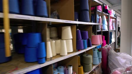 вязание : Spools of thread on the shelves video Стоковые видеозаписи