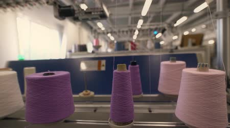 varrónő : Spools of color thread on knitting machine