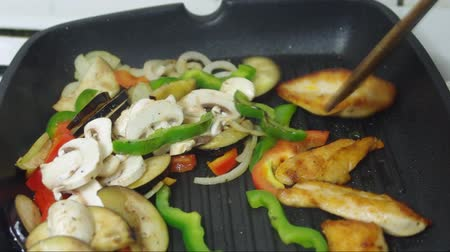 жарить : frying with meat vegetables