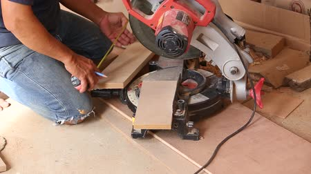 лесоматериалы : carpenter use saw cut wood for make new furniture Стоковые видеозаписи