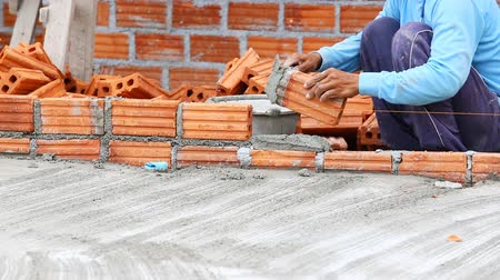 vállalkozó : Brick wall construction for house building Stock mozgókép