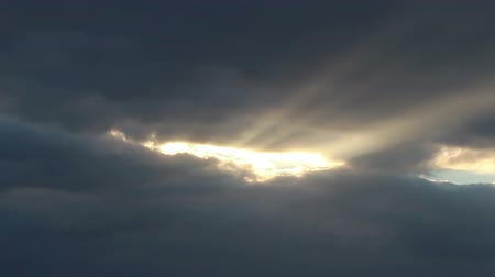 aydınlatmalı : The suns rays breaking through the clouds