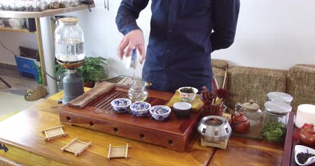 fabricado cerveja : Brewing Chinese tea in a ceramic gaiwan during the tea ceremony close-up. Gaiwan and other tea tools for the ceremony Vídeos