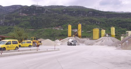 pala : For the production of building materials. The machinery is working on the construction site