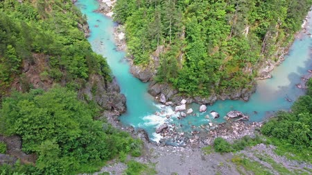 タラ : Flight of a quadcopter over a mountains river canyon. It is clear that it?s clear that it?s transparent.