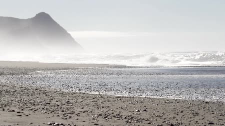 Орегон : beautiful beach with dramatic changes in the landscape and a mist or fog clinging to the mountains in the Oregon coast