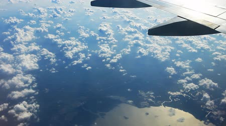 avançar : View out an airplane window