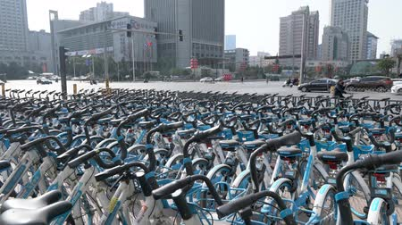 ciclismo : Xian,China. February 24, 2020. Lots of Public Bicycles in China for Rent. Stock Footage