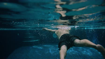 plavec : Cinematic shot of a young man swimming breaststroke Dostupné videozáznamy