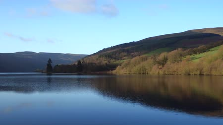 водохранилище : Cinematic low level aerial shot tracking over a reservoir in the Brecon Beacons, Wales