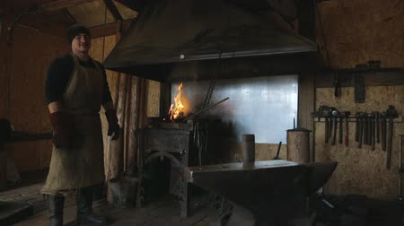 молоток : adult blacksmith apron tight leather gloves and boots protected standing at his forge metal