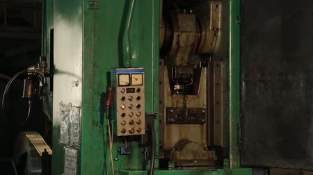 mechanikus : Operating stamping press and its control panel.