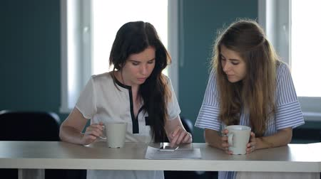 kahve molası : Females are looking in cellphone in time of coffee break. Stok Video