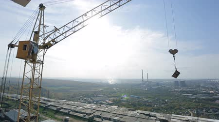 dach : Panoramic view of industrial area with crane working on project site.