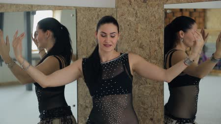 dança : Beautiful woman dances oriental dance at mirror.