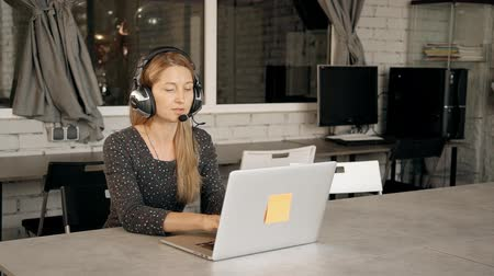 učit se : Young woman participating in webinar on programming. Female professional using laptop computer and headphones for e-learning. Dostupné videozáznamy