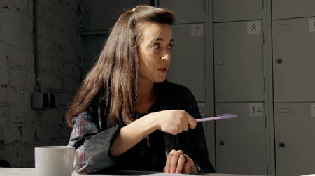 iş istasyonu : Adult and confident woman sitting behind work desk indoor office with light loft interior. Female in formal wear clothes looking aside and talking to her colleagues new information