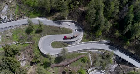 cikcak : Aerial view of mountain serpentine road with trucks and cars driving on zig zag go up and down in Europe Switzerland 4K Dostupné videozáznamy