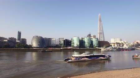 rústico : London Thames River and skyline with distant shard and riverboat passing. Stock Footage